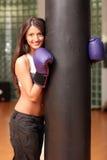 Het mooie meisje in bokshandschoenen Stock Foto