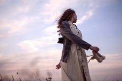 Het mooie meisje buiten dansen, hemel is een achtergrond Stock Afbeelding