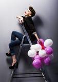 Het mooie meisje dat van de manier retro tiener op ladder lacht Royalty-vrije Stock Afbeelding
