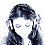 Het mooie Meisje dat van de Tiener aan Hoofdtelefoons luistert Royalty-vrije Stock Foto's