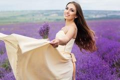 Het mooie meisje draagt huwelijkskleding bij purple Stock Foto