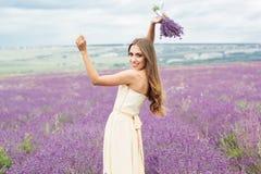 Het mooie meisje draagt huwelijkskleding bij purple Stock Afbeeldingen