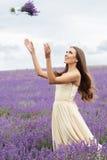 Het mooie meisje draagt huwelijkskleding bij purple Royalty-vrije Stock Afbeeldingen