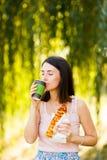 Het mooie meisje drinkt koffie en eet pizza Royalty-vrije Stock Afbeeldingen