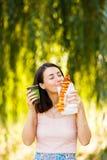 Het mooie meisje drinkt koffie en eet pizza Stock Afbeelding