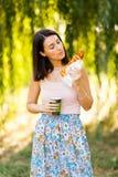 Het mooie meisje drinkt koffie en eet pizza Stock Foto