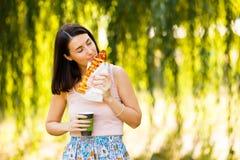 Het mooie meisje drinkt koffie en eet pizza Stock Foto's