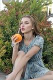 Het mooie meisje drinkt sap door een stro stock afbeeldingen