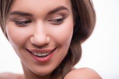 Het mooie meisje drukt verschillende emoties uit Stock Foto's