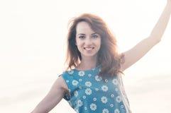 Het mooie meisje echt glimlachen, die in openlucht de zomer dansen royalty-vrije stock foto