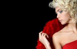 Het mooie meisje in een kostuum van een rode engel Stock Foto's