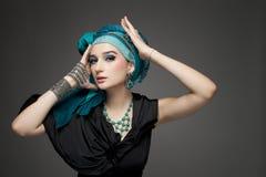 Het mooie meisje in een tulband en juwelen stock afbeeldingen