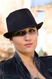 Het mooie meisje in een zwarte hoed Royalty-vrije Stock Foto's