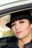 Het mooie meisje in een zwarte hoed Royalty-vrije Stock Afbeeldingen