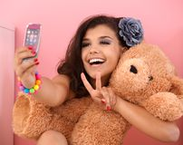 Het mooie meisje fotograferen en het stuk speelgoed die dragen Royalty-vrije Stock Afbeelding