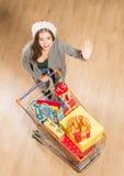 Het mooie meisje gaan winkelend en kopend Nieuwjaar stelt voor Stock Afbeelding