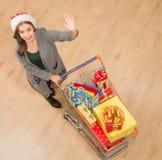 Het mooie meisje gaan winkelend en kopend Nieuwjaar stelt voor Royalty-vrije Stock Afbeelding