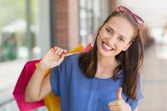 Het mooie meisje gesturing beduimelt omhoog Royalty-vrije Stock Fotografie
