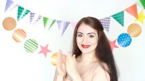Het mooie meisje glimlacht en slaat zijn handen applaus Prestaties, circus Gelukkige Verjaardag Portret van gelukkige jongelui stock footage