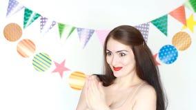 Het mooie meisje glimlacht en slaat zijn handen applaus Prestaties, circus Gelukkige Verjaardag Portret van gelukkige jongelui stock videobeelden