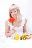Het mooie meisje heeft een ontbijt royalty-vrije stock foto's