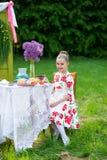 Het mooie meisje heeft ontbijt stock fotografie
