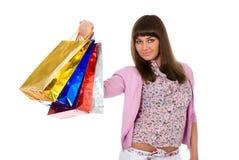 Het mooie meisje heft pakketten met aankopen op Royalty-vrije Stock Foto