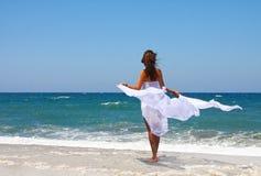 Het mooie meisje in het overzees in wit Royalty-vrije Stock Afbeelding