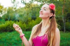 Het mooie meisje in het Park bespuit parfum Royalty-vrije Stock Foto's
