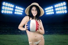 Het mooie meisje houdt bal bij gebied Royalty-vrije Stock Fotografie