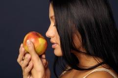 Het mooie meisje houdt de appel Stock Afbeeldingen