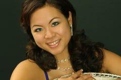 Het mooie meisje kijkt over pauwstoel Stock Foto's