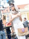 Het mooie meisje kleedde het toevallige in openlucht stellen Royalty-vrije Stock Fotografie