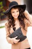 Het mooie meisje kleedde het toevallige in openlucht stellen Royalty-vrije Stock Afbeeldingen