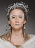Het mooie meisje kleedde zich als beeld van de Sneeuwkoningin royalty-vrije stock afbeelding