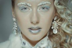 Het mooie meisje kleedde zich als beeld van de Sneeuwkoningin stock foto's