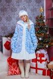 Het mooie meisje kleedde zich in een traditionele Russische stijl van Christm Royalty-vrije Stock Foto