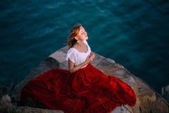 Het mooie meisje kleedde zich in witte en rode kleding royalty-vrije stock afbeelding