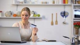Het mooie meisje het kopen voedsel online, koerier brengt onmiddellijk aankoop, de snelle dienst stock videobeelden