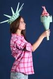 Het mooie meisje in kroon houdt en bekijkt toorts Stock Foto's