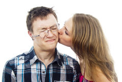 Het mooie meisje kust een kerel op de wang Royalty-vrije Stock Foto's