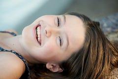 Het mooie meisje lachen royalty-vrije stock afbeelding