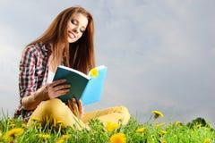 Het mooie meisje leest het boe-geroep Stock Afbeeldingen