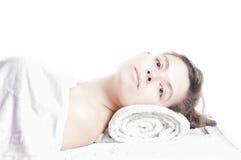Het mooie meisje liggen massage spa Stock Fotografie