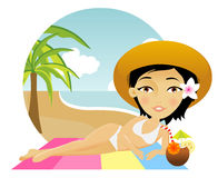 Het mooie meisje ligt op een handdoek in het strand Stock Foto's
