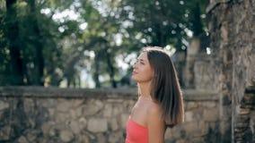 Het mooie meisje loopt in de stad stock video