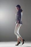 Het mooie meisje lopen Stock Foto's