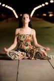 Het mooie meisje in lotusbloem stelt Royalty-vrije Stock Foto's