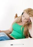 Het mooie meisje luisteren aan muziek en leert. Royalty-vrije Stock Foto