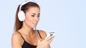 Het mooie meisje is luistert aan de muziek stock footage